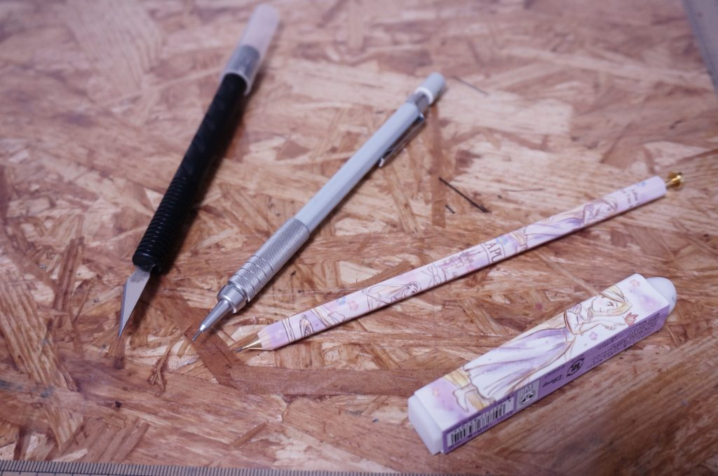 型紙を写す時や引く時に使うデザインカッターとシャーペン、けしごむです。シャーペンは無印の製図用のシャーペン