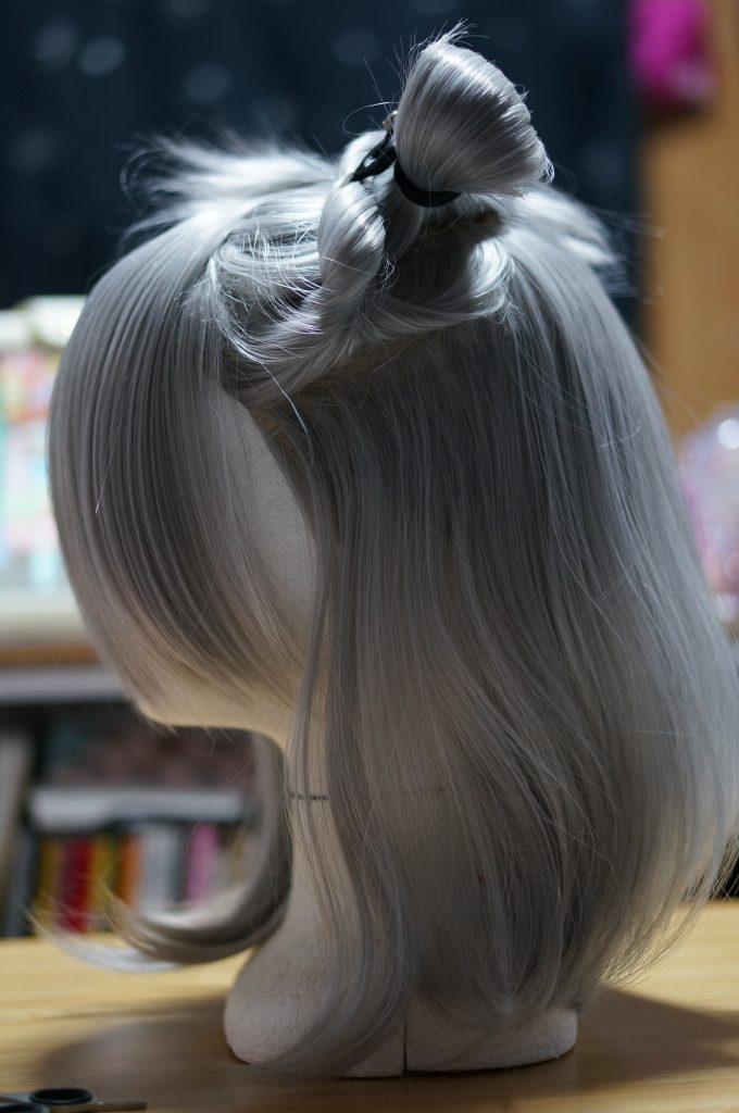 下から綺麗にカットしていくので上の部分はまとめておきます。ウィッグカットは適当にやらずに美容師さんの真似からはじめました