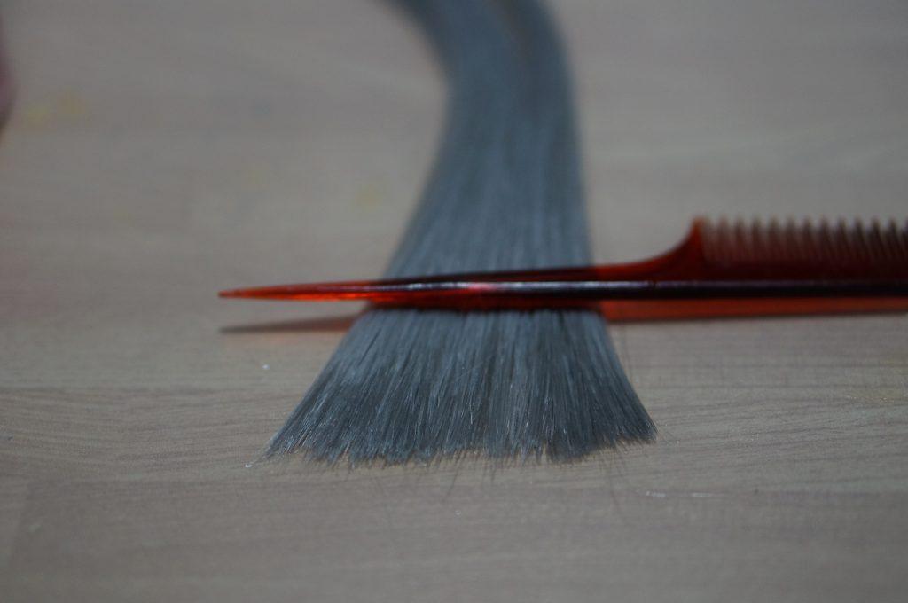 切った髪を水溶きボンドで固める
