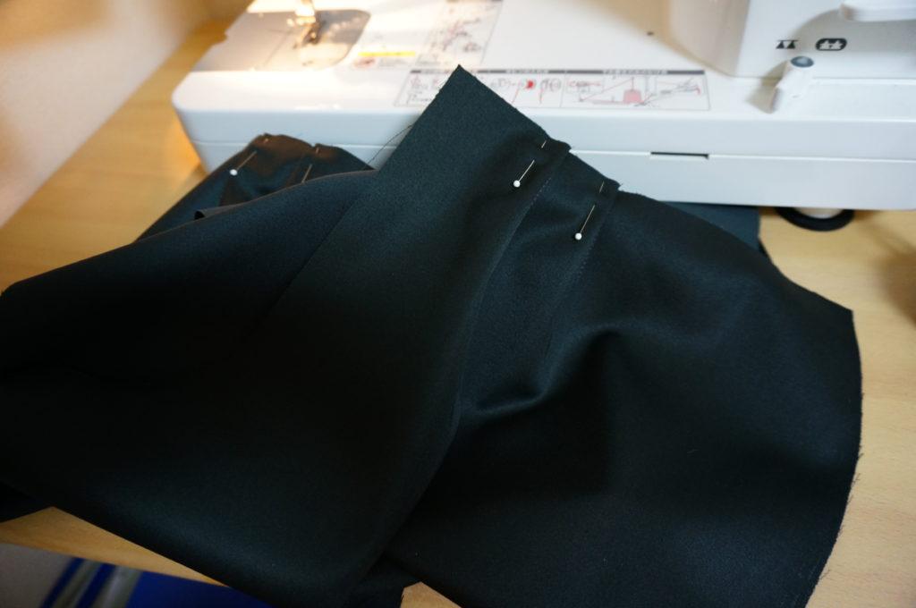 サスケのパンツのタックを縫う