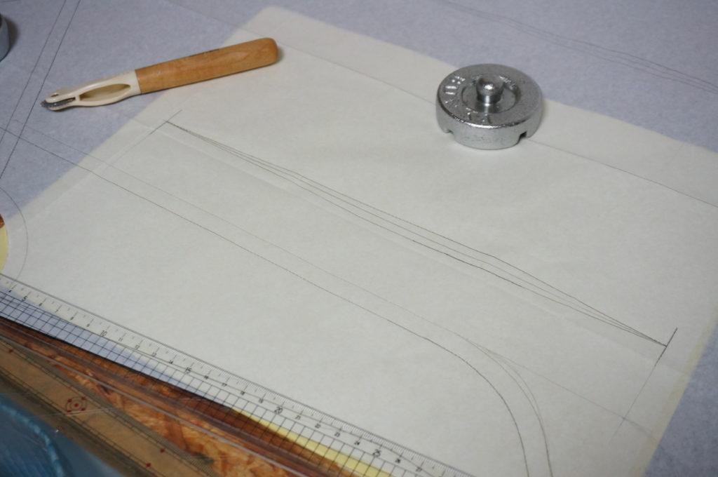 型紙の印をチャコペーパーとルレットで写す