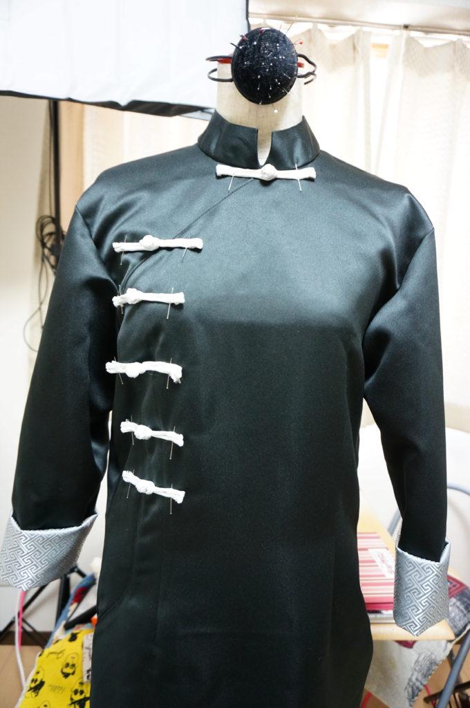 神威の衣装にチャイナボタンを付ける位置をきめます