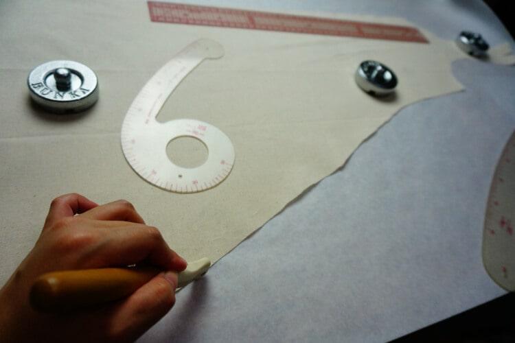型紙を作る為にルレットで囲う